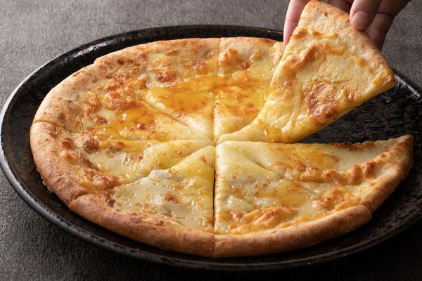 冷めてしまったピザをできたてのようなおいしさに戻す方法とは?サムネイル